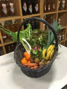 panier fraicheur, légumes de l'exploitation et fruits de saison, proposé dans une gare